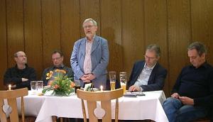 Horst begrüßt die Anwesenden